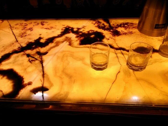 Sức hút khó cưỡng từ phòng khách đá xuyên sáng tự nhiên